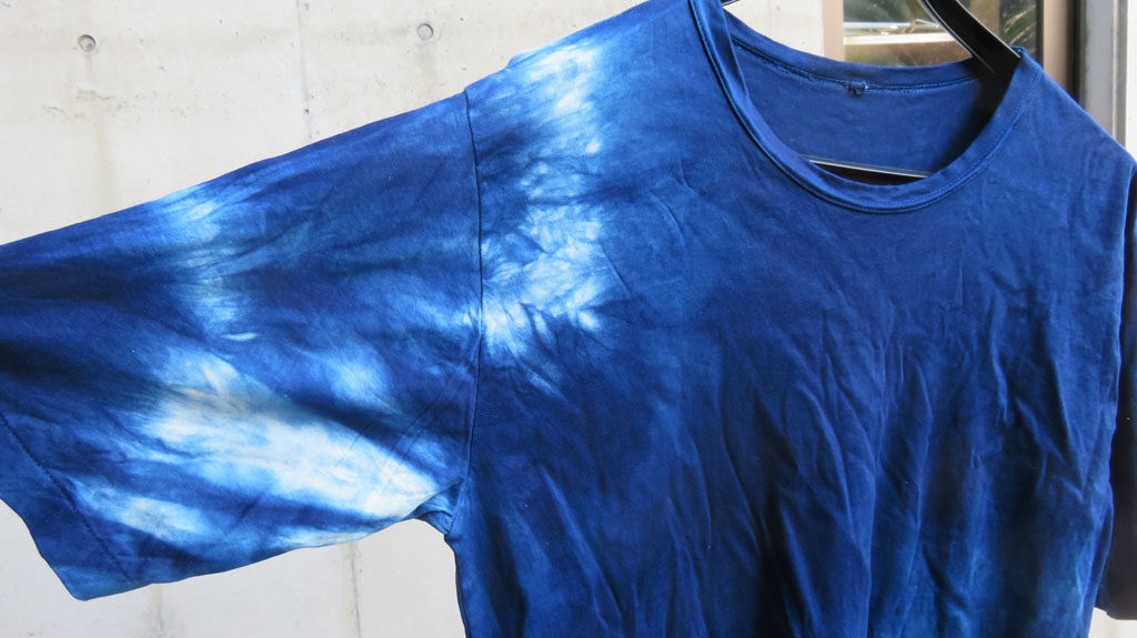 藍染めしたシャツ